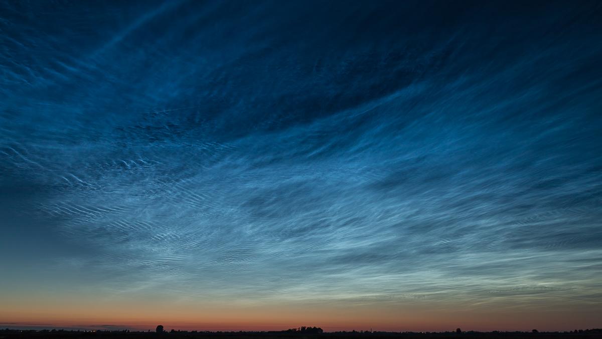 noctilucent-clouds-nlcs-lichtende-nachtwolken-bleskensgraaf-nederland-the-netherlands-20190621.jpg